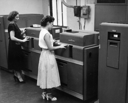 Women working at a computer in the 1950s